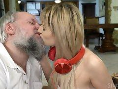 Teen amateur blonde vixen Sarah Cute gets a facial foreign an age-old guy