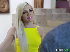 Flirty blonde girl Allie Nicole impresses her new neighbor anent a blowjob